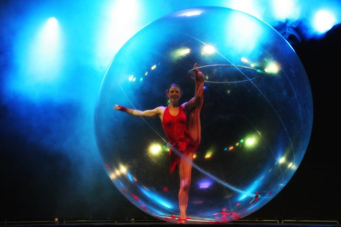 Sensia, show with hula-hoop, acrobatics and dance in transparent bubble.