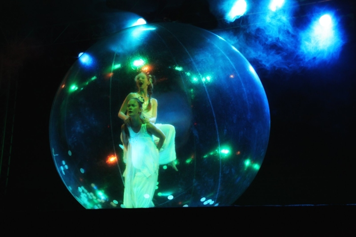 Anémones, tawo dancers in one bubble