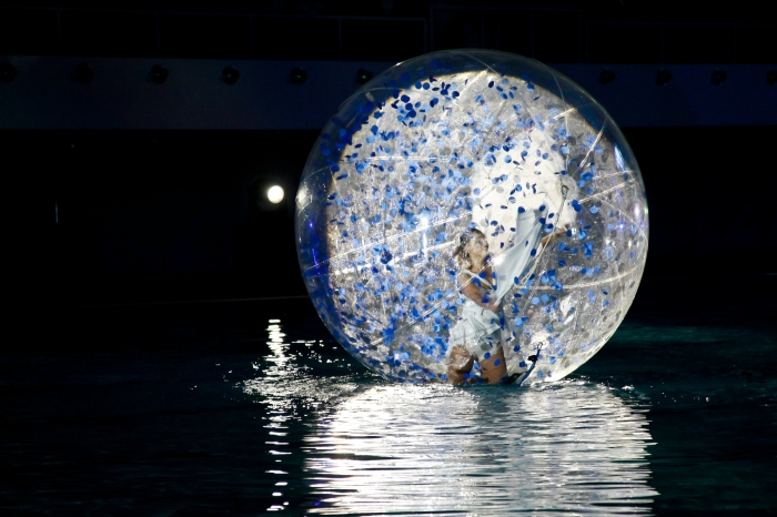 Onde Oceane, floating bubble show on the water